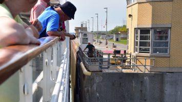 Zentimetergenaue Passage durch die Schleusen mit der MS Hamburg. Foto: Plantours Kreuzfahrten