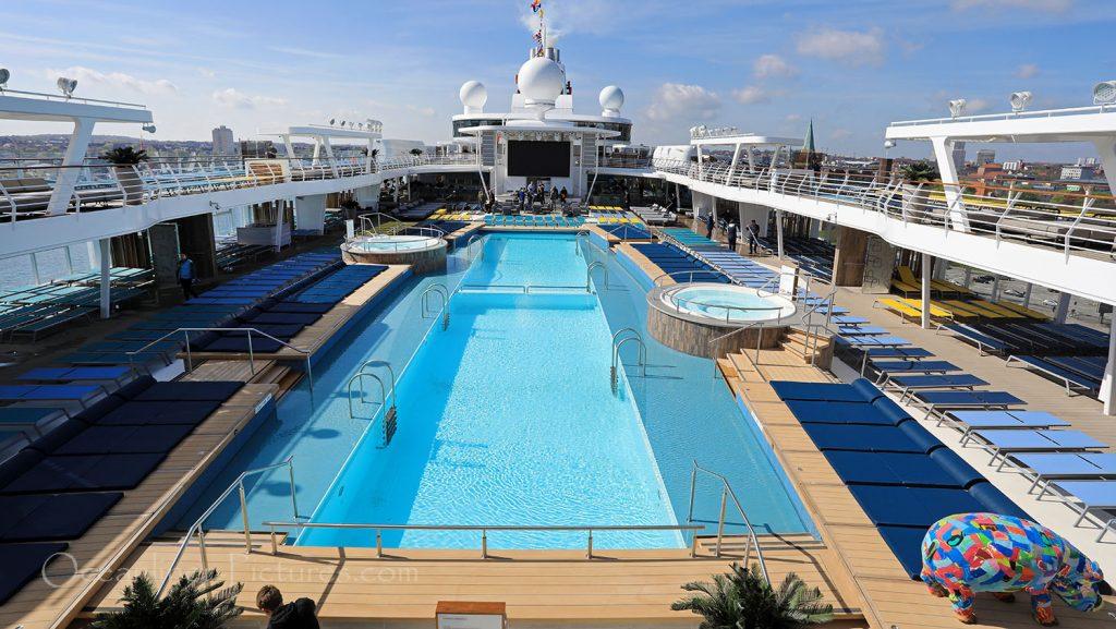 Mein Schiff 1 Sonnendeck und 25m Pool. / Foto: Oliver Asmussen/oceanliner-pictures.com