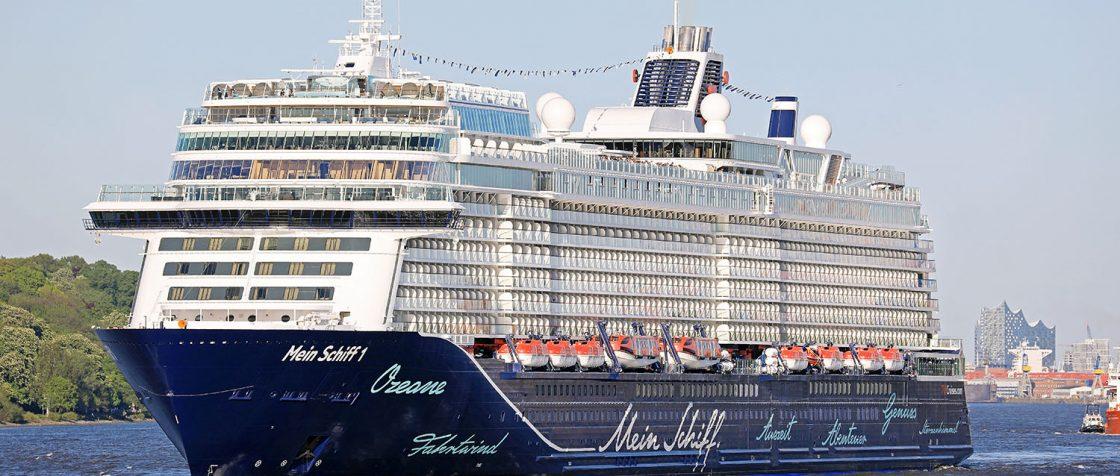 Mein Schiff 1 nach dem ersten Anlauf in Hamburg auf der Elbe. / Foto: Oliver Asmussen/oceanliner-pictures.com