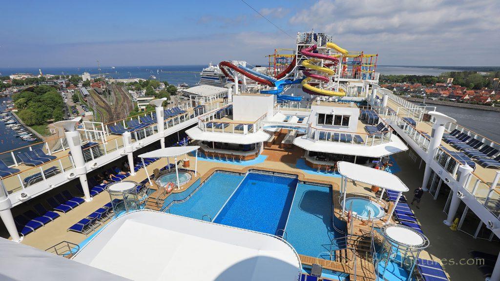 Panoramablick über Pool, Sonnendeck und Wasserrutschen Norwegian Breakaway. / Foto: Oliver Asmussen/oceanliner-pictures.com
