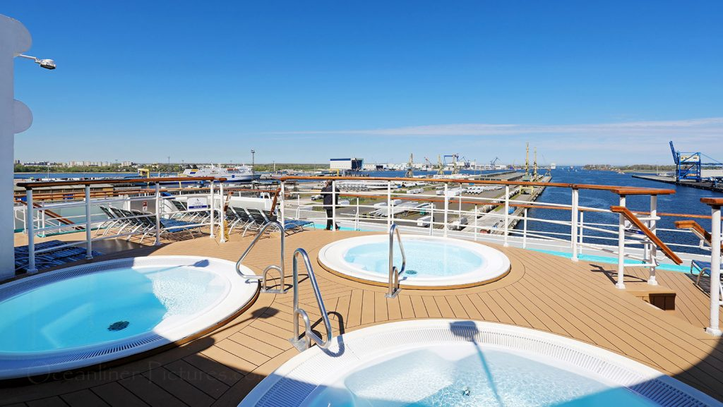 Sonnendeck und Whirlpools MS Zenith. / Foto: Oliver Asmussen/oceanliner-pictures.com
