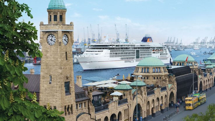 Die MS Europa 2 begleitet die Auslaufparade der Atlantic Anniversary Regatta. Foto: Hapag-Lloyd Cruises