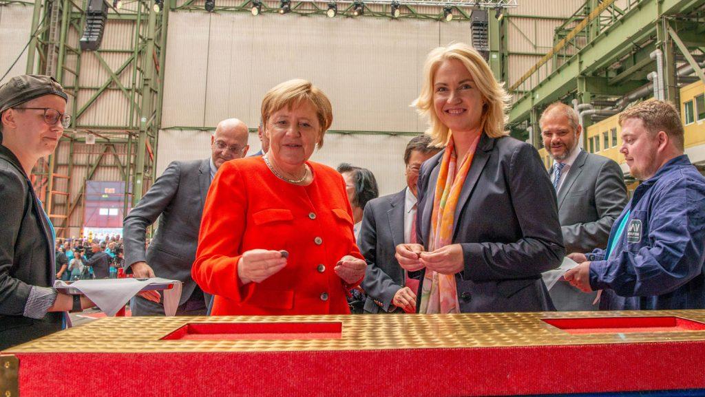 Angela Merkel, MdB, und Ministerpräsidentin Manuela Schwesig platzierten Glücksmünzen unter die Sektion. Foto: MV-Werften