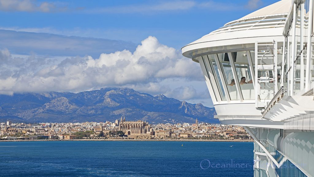 Symphony of the Seas auslaufend Palma mit Kathedrale im Hintergrund. / Foto: Oliver Asmussen/oceanliner-pictures.com