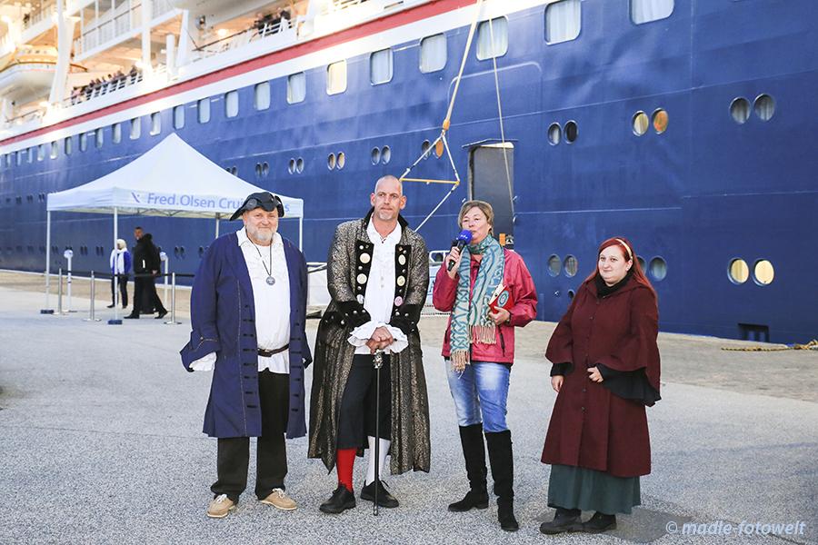 Brina Stein mit dem Admiral, dem Musikmeister und der Jugendbetreuerin. Foto: Brina Stein