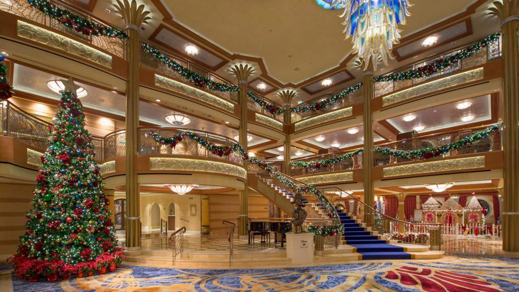 Das weihnachtlich geschmückte Atrium. Foto: Disney Cruise Line/Kent Phillips