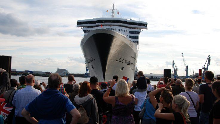 Treffen Der Ocean Liner Queen Mary 2 Besucht Die Queen Elizabeth 2