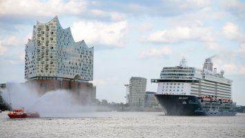 Die Mein Schiff 5 wurde beim Erstauslauf in Hamburg mit einer Wasserfontäne verabschiedet. Foto: lenthe/touristik-foto.de