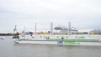 Die LNG Hybrid Barge von Becker Marine Systems versorgt Kreuzfahrtschiffe mit Strom durch verflüssigtes Erdgas . Foto: lenthe/touristik-foto.de