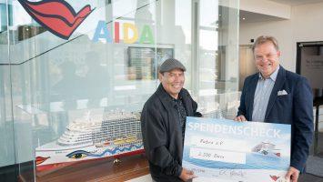 Der Fabro e.V., vertreten durch Ruben Cardenas, besucht AIDA Cruises und wird von Hansjörg Kunze mit einem Spendenscheck bedacht. Foto: AIDA Cruises/Georg Scharnweber