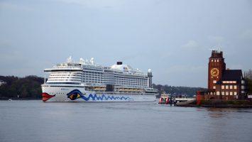 Die AIDAprima verlässt den Hafen in Hamburg (Archivbild). Foto: bergeest