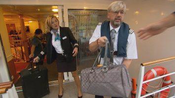 Guido Laukamp muss als Florian Kessler (r.) zupacken. Er ist zeitweise der Assistent von Hotelmanagerin Birgit Pimpels auf der MS Heidelberg. Foto: RTL