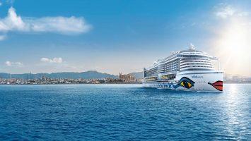 AIDAperla vor der Kulisse von Palma de Mallorca, Foto: AIDA Cruises