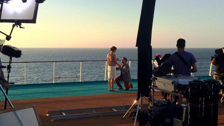 Die Traumschiff Filmcrew dreht auf der MS Amadea während eines Sonnenuntergangs. Foto: ZDF/Mathias Windrath