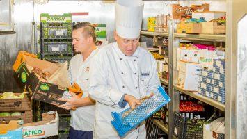 Analyse der Lebensmittelvorräte auf der Mein Schiff 4. Foto: TUI Cruises