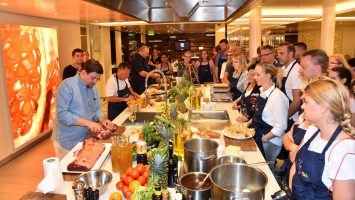 TV-Koch Tim Mälzer gibt auch 2017 auf Gourmet und Kulinarik-Reisen seine beliebten Kochkurse an Bord von AIDAprima. Foto: AIDA Cruises