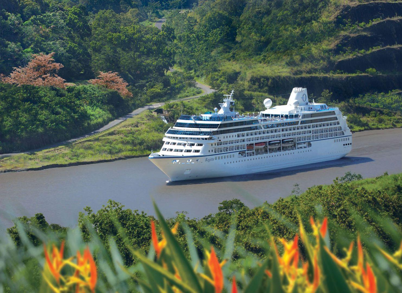 Die MS Regatta im Panama Kanal. Foto: Oceania Cruises