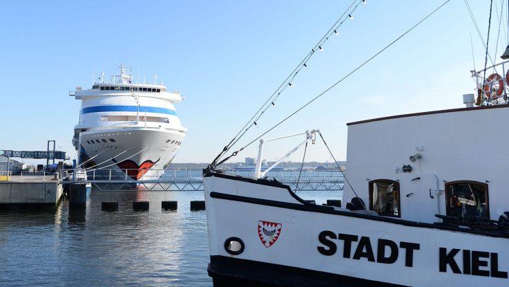 Im Kieler Seehafen begann mit der AIDAcara die Kreuzfahrtsaison. Foto: lenthe/touristik-foto.de