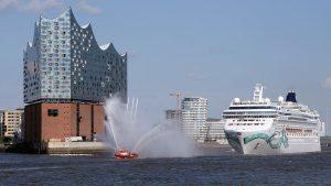 Die Norwegian Jade feierte ihren Erstanlauf in Hamburg vor der Elbphilharmonie. Foto: lenthe/touristik-foto.de
