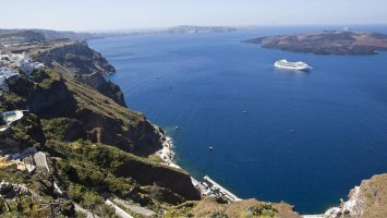 Die Seven Seas Marnier vor Santorini. Foto: Regent Seven Seas Cruises