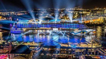 Licht und Feuerwerk: Die AIDAprima führt die große Parade der Kreuzfahrtschiffe an. Foto: AIDA Cruises