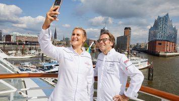 Deutschlands jüngste Spitzenköchin Julia Komp und Dieter Mueller machen ein Selfie zur Erinnerung. Foto: Hapag Lloyd Cruises