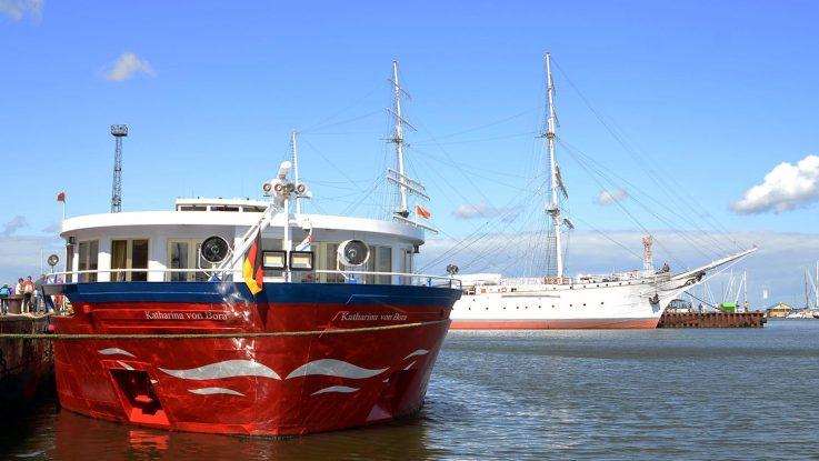 In Stralsund liegt die Katharina von Bora direkt neben dem Segelschiff Gorch Fock. Foto: lenthe/touristik-foto.de