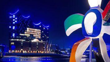 Klassische Kunst trifft blaue Elbphilharmonie. Foto: André Lenthe