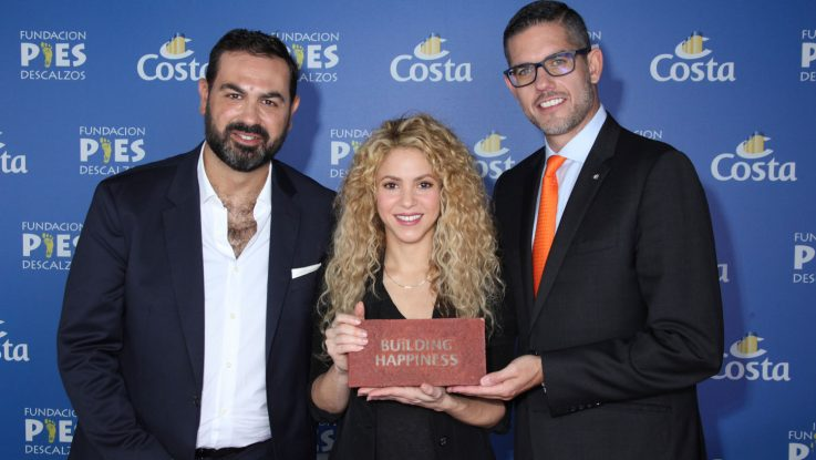 Shakira übernimmt den Grundstein für ihr Schulprojekt in Kolumbien von Neil Palomba (r) Präsenident von Costa Crociere und Luca Casaura_Costa Crociere Senior Vice President Global Startegic Marketing (l). Foto: Costa Crociere