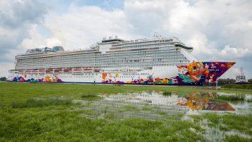 Die World Dream während der Emsüberführung. Foto: Meyer Werft