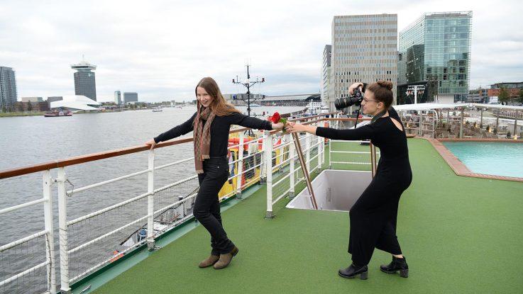 Minnja und Anna-Maria beim Shooting auf dem Deck in Amsterdam. Foto: André Lenthe