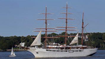 Sea Cloud II auf der Elbe auslaufend von Hamburg. / Foto: Oliver Asmussen/oceanliner-pictures.com