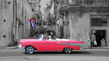 Oldtimer mit Kuba Flagge Havanna. / Foto: Oliver Asmussen/oceanliner-pictures.com