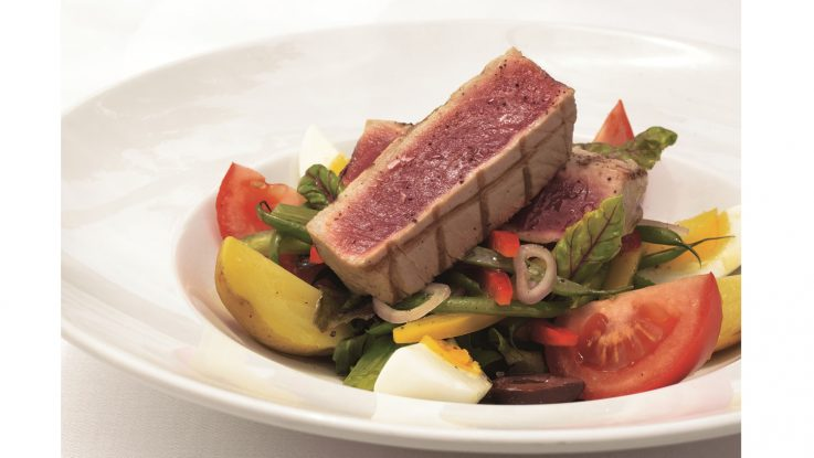Das Mittagsangebot im Grand Dining Room umfasst unter anderen _Salade niçoise. Foto: Oceania Cruises