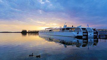 MS Elbe Princesse II im Sonnenuntergang in Berlin-Tegel. / Foto: Oliver Asmussen/oceanliner-pictures.com