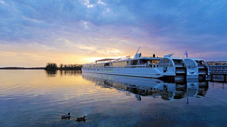 MS Elbe Princesse von CroisiEurope II im Sonnenuntergang in Berlin-Tegel. / Foto: Oliver Asmussen/oceanliner-pictures.com