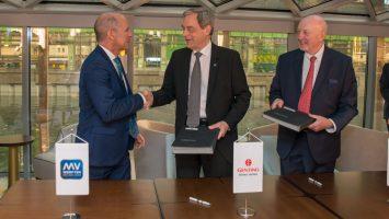 Tom Wolber (Präsident und CEO von Crystal), Jarmo Laakso (Geschäftsführer von MV WERFTEN) und Joachim Hagemann (Vorstandsvorsitzender MV Werften) bei der Übergabe der Crystal Ravel. Foto: MV Werften