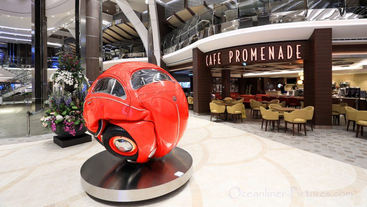 Royal Promenade und das rote VW Beetle Car Symphony of the Seas. / Foto: Oliver Asmussen/oceanliner-pictures.com
