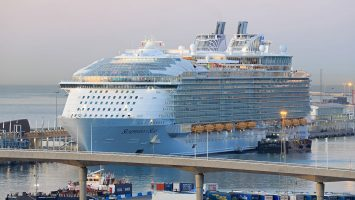 Symphony of the Seas in Barcelona. / Foto: Oliver Asmussen/oceanliner-pictures.com