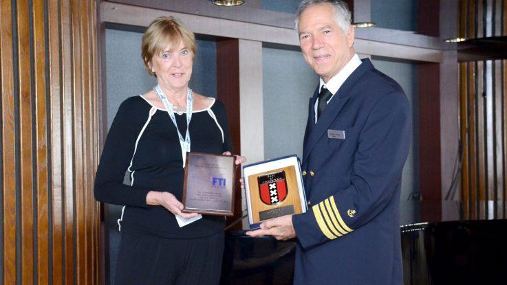 v.l.n.r. Adriana van Oosten, Chefin Cruise Terminal Amsterdam und Alberto Tarozzi, Kapitän der Berlin. Foto: FTI Cruises
