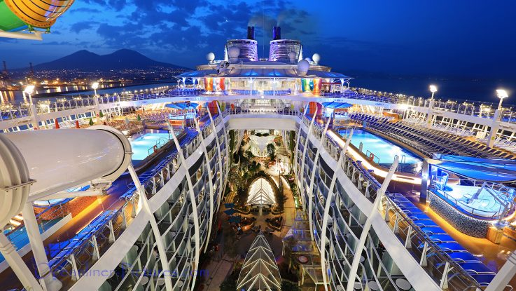 Symphony of the Seas mit Vesuv Vulkan im Hintergrund. / Foto: Oliver Asmussen/oceanliner-pictures.com