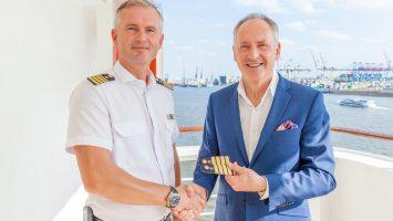 Kapitän Ulf Sodemann und Karl J. Pojer, CEO von Hapag-Lloyd Cruises. Foto: Hapag-Lloyd Cruises