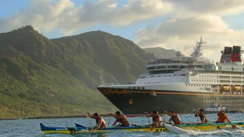 Die Disney Wonder in Kauai (Hawaii). Foto: Disney Cruise Line/David Murphey