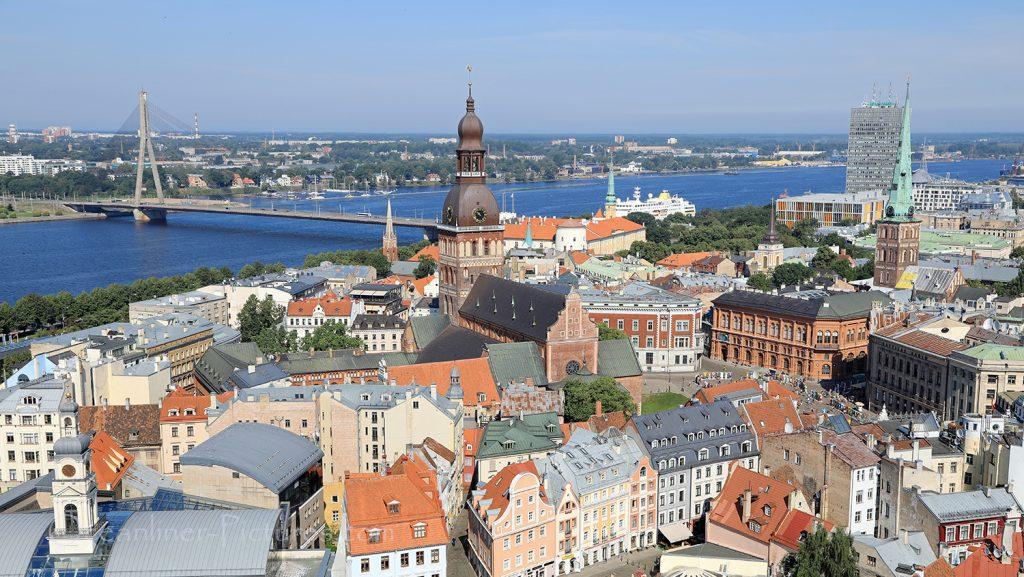 Altstadt Riga und MS Hamburg Blick von Petrikirche / Foto: Oliver Asmussen/oceanliner-pictures.com