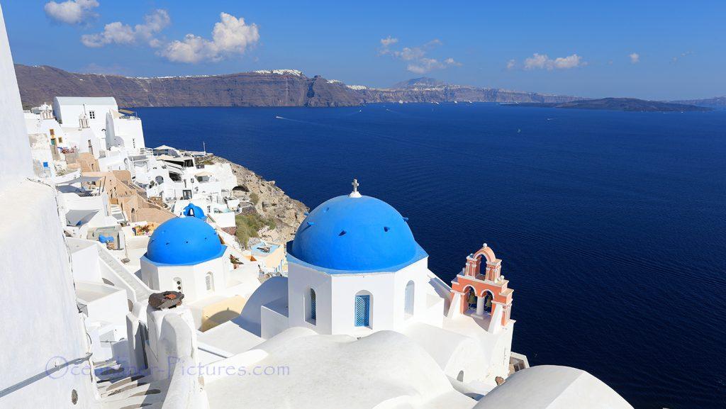 Blaue Kuppeldächer, Kirche in Oia, Santorini / Foto: Oliver Asmussen/oceanliner-pictures.com