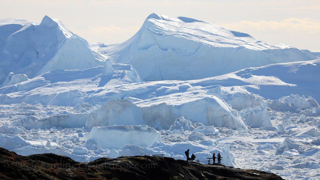 Blick auf den Eisfjord mit Menschen vor den Eisbergen, Ilulissat, Grönland / Foto: Oliver Asmussen/oceanliner-pictures.com
