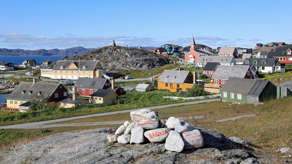 Blick auf die historische Altstadt und Hans Egede Statue in Nuuk, Grönland / Foto: Oliver Asmussen/oceanliner-pictures.com