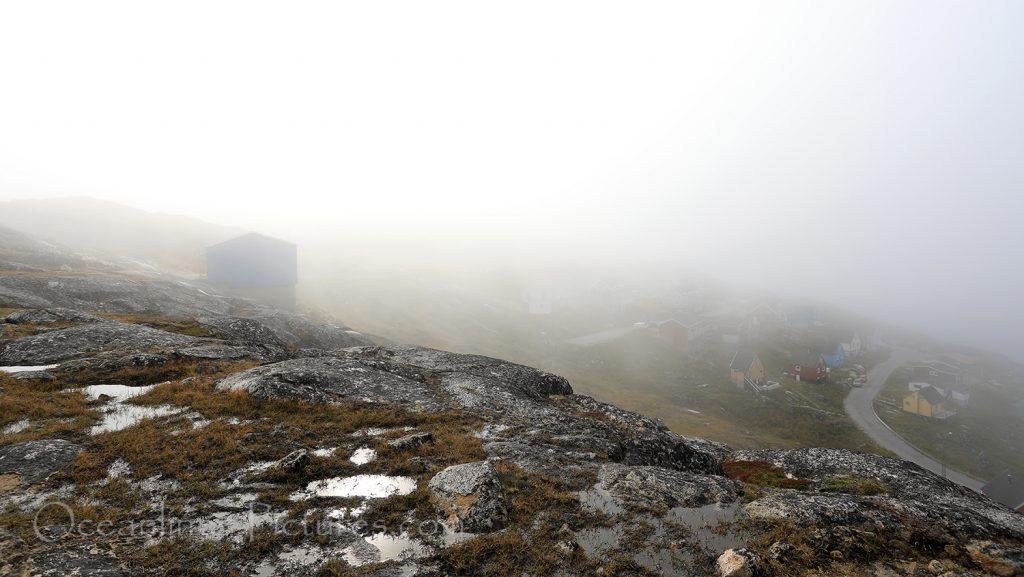 Dichter Nebel über Qaqortoq, Grönland / Foto: Oliver Asmussen/oceanliner-pictures.com