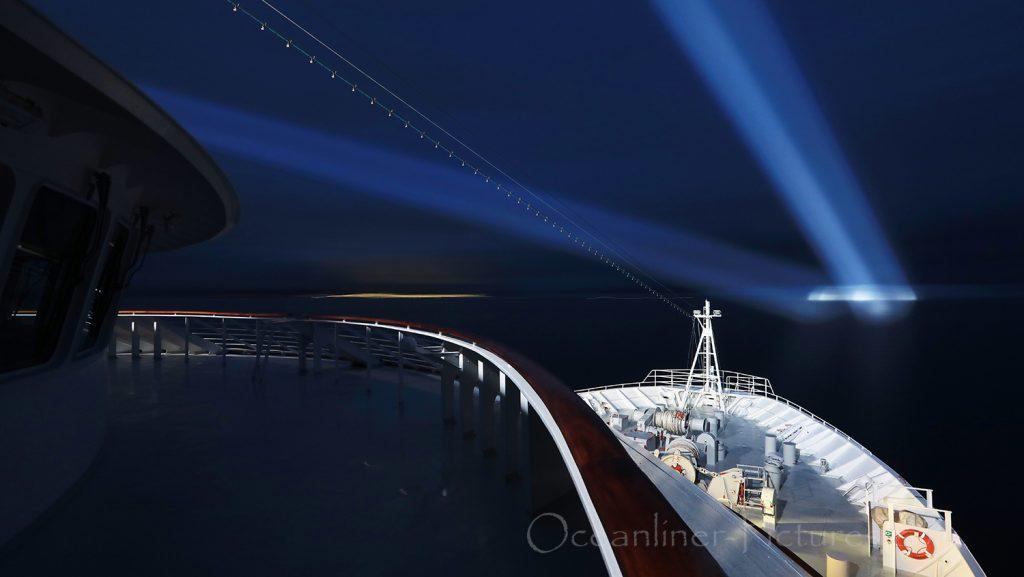 Eisberg im Scheinwerferlicht der MS Hamburg Grönland / Foto: Oliver Asmussen/oceanliner-pictures.com