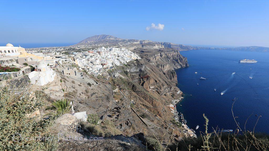 Hauptort Fira mit Costa Deliziosa in der Caldera von Santorin / Foto: Oliver Asmussen/oceanliner-pictures.com